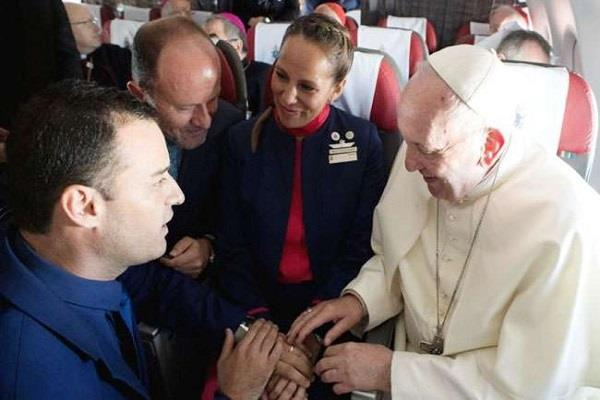 pope francis give blessing to couple in the plane