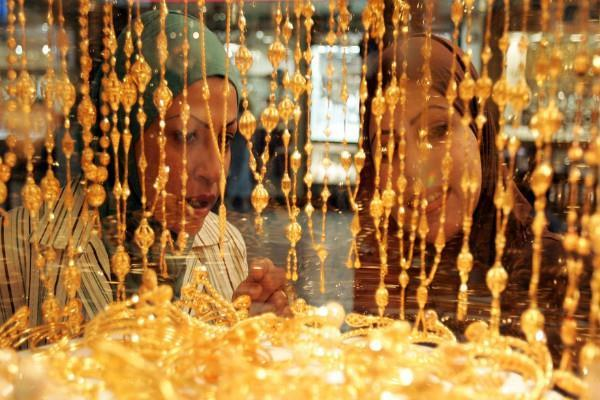 gold recovers on global cues