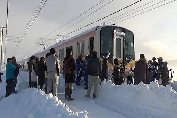 heavy snowfall in japan 430 people trapped in the train