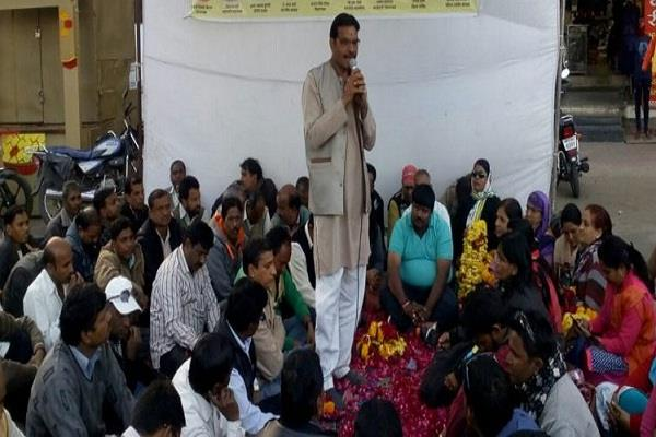 women teachers protested by shaving head in teacher s yatra