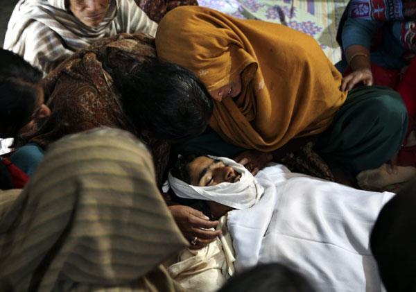 pakistan ceasefire violation 2 people dead