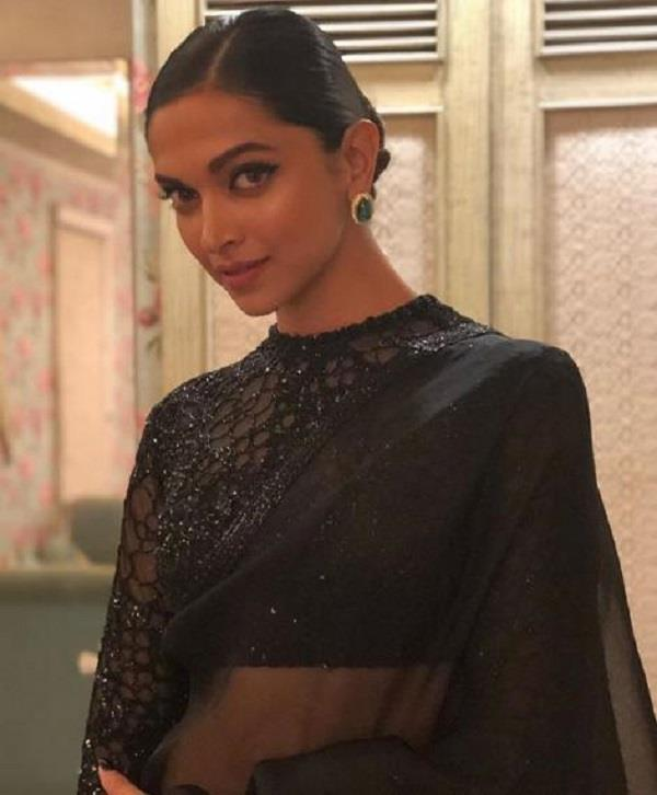 Umang 2018 में दीपिका ने पहनी ब्लेक साड़ी, दिखी बेहद खूबसूरत