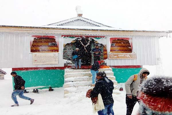 devotees arrive bijali mahadev during heavy snowfall