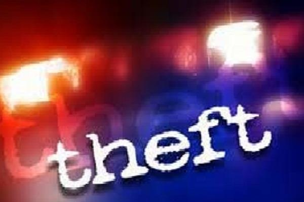 shop shutter cut 24 lakh mobile carrying thieves