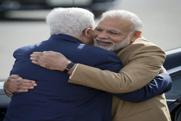 palestine president breaks protocol to welcome pm modi