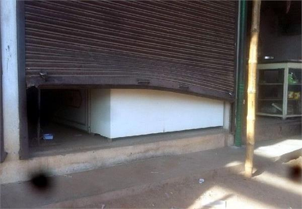 thieves maintain terror save huge amounts of liquor from the shop