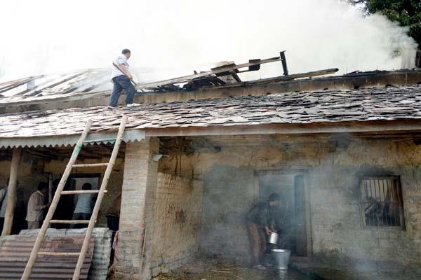 3 rooms burnt in fire in cowshed loss of 7 lakhs