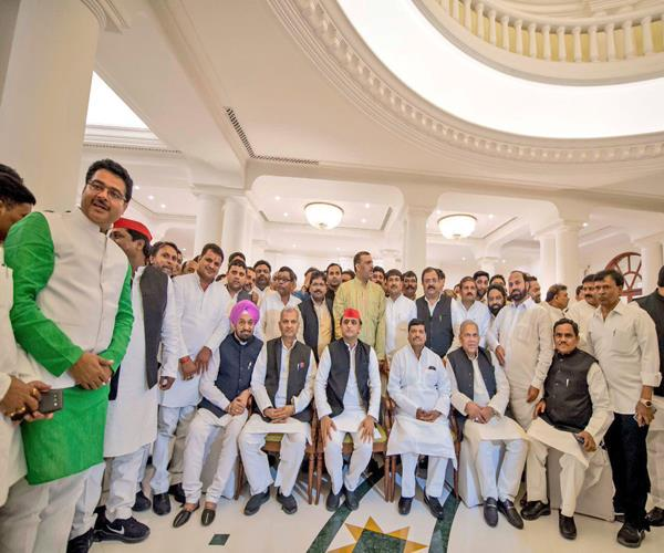 akhilesh s dinner party included uncle shivpal and raja bhaiya