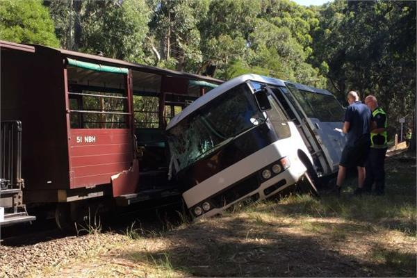 4 injured in train and mini bus collision in melbourne