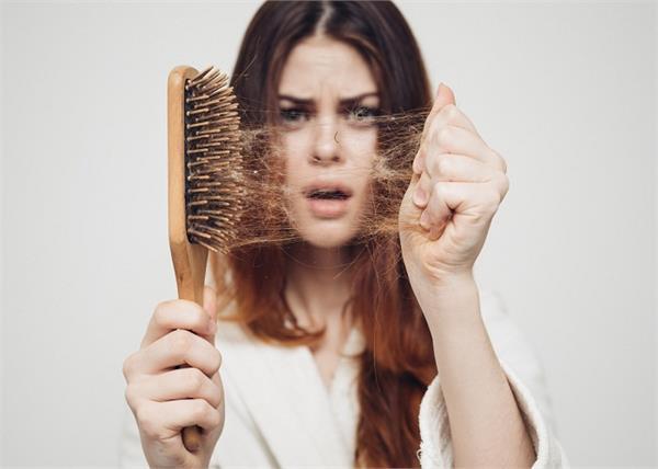 बालों को टूटने और सफेद होने से बचाएगा यह घरेलू नुस्खा