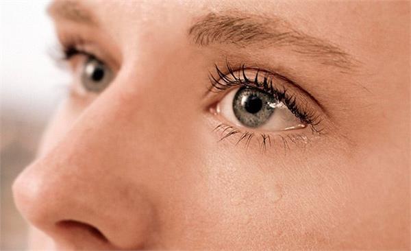 आंखों से पानी निकलने की समस्या है परेशान, तो करें ये उपचार