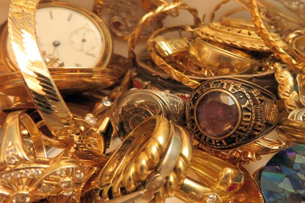 gold rises on global cues jewellers  buying