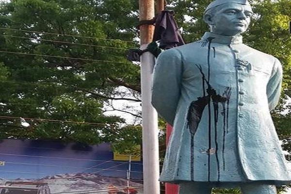 ink thrown in pandit jawahar lal nehru statue