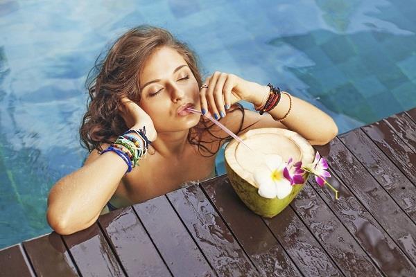 गर्मियों में नारियल पानी पीने के 6 फायदे