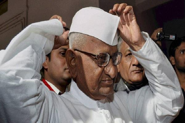 social activist anna hazare delhi met with demonstrating students