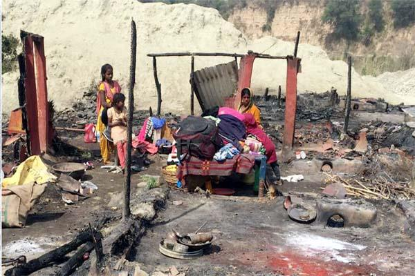 fierce fire in una left the roof on head from many families