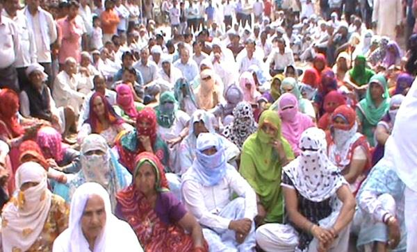 farmers protested against hsidc officials for imt land