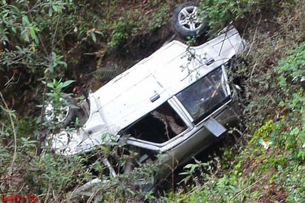 car fall into 200 meter deep ditch death of 2 brothers
