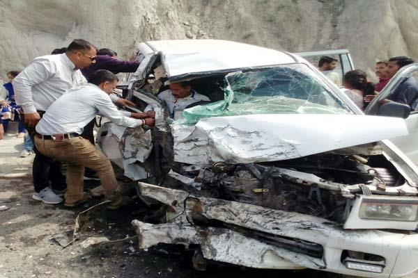 family victim of road accident 8 injured