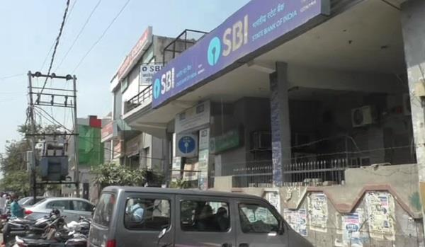eight year old child was caught millions of rupees stole in front of bank
