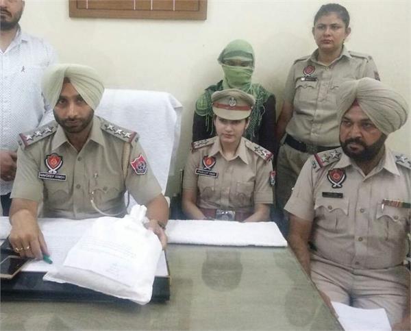 arrested woman smuggler with 1 kg of ganja