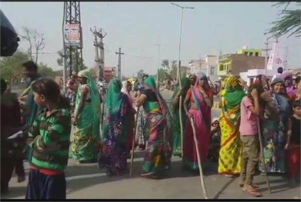 dalits protest against change in sc st act