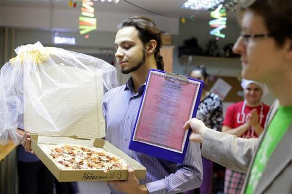 russian man married a pizza