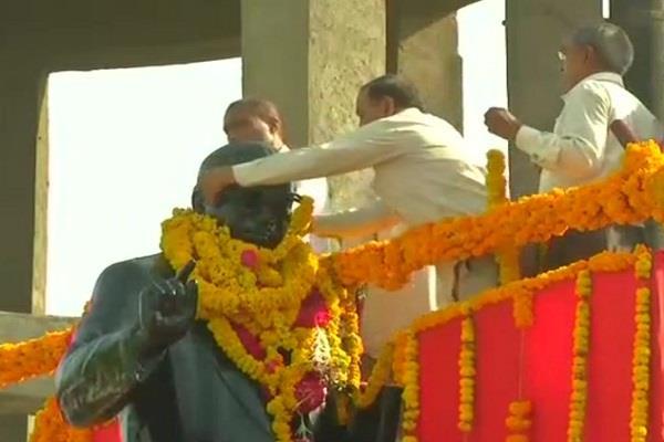 mewani suporter stop bjp leader to garland ambedkar statue