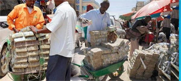 street vendors exchange stacks of money in somaliland