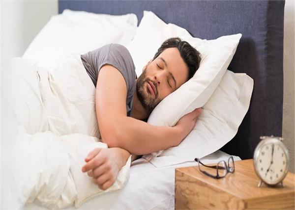 नींद नहीं आती या आते हैं बुरे सपने तो तकिए के नीचे रख कर सोएं ये चीजें
