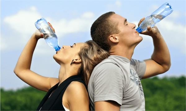 डिहाइड्रेशन से बचने के लिए कब और कितनी मात्रा में पीएं पानी?