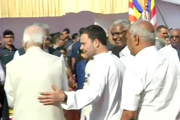 rahul gives support to advani in parliament house
