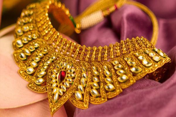 gold regains shine bounces rs 110 on jewellers  buying