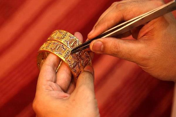 gold gains rs 150 on global cues jewellers  buying
