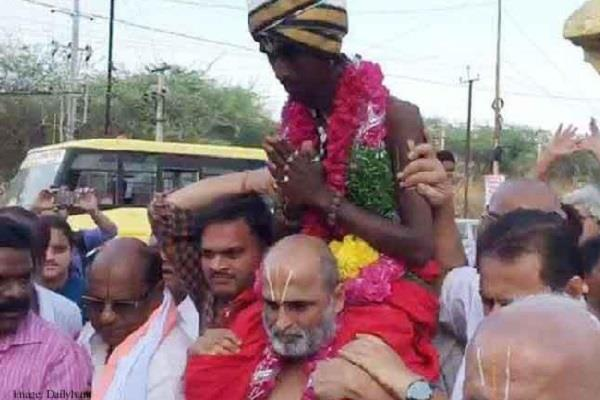 pujari reached the temple by lifting dalit on the shoulder
