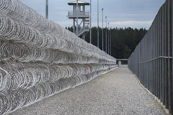 seven prisoners die in us prisons 17 wounded