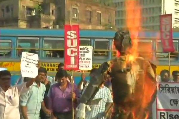 people on the streets in kolkata against the syrian attack effigy of trump