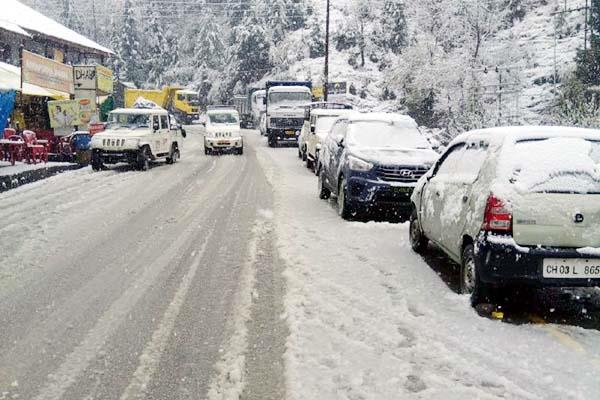 manali keylong route closed by snowfall