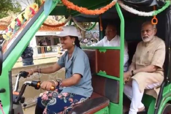 pm modi ride on savita sahu e rickshaw
