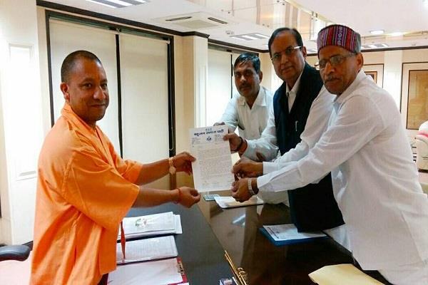 bsp memorandum handed over to cm yogi after mayawati s instructions