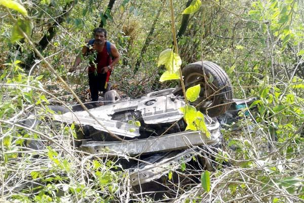 car fall into ditch 4 injured including child