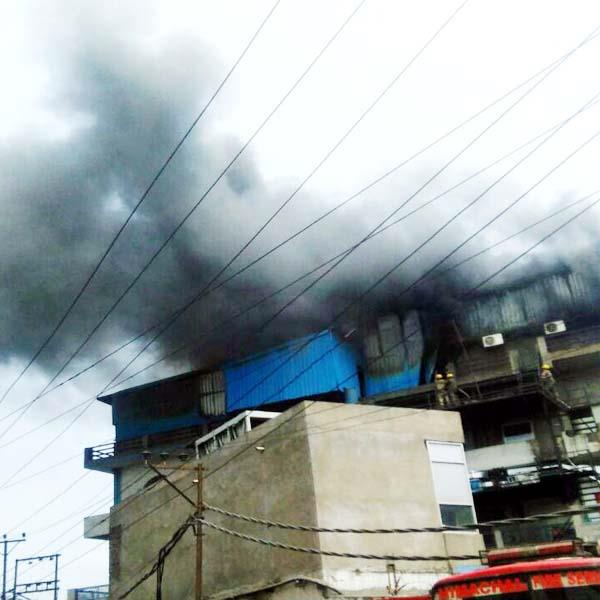 fierce fire in pharma industry loss of ten lakh