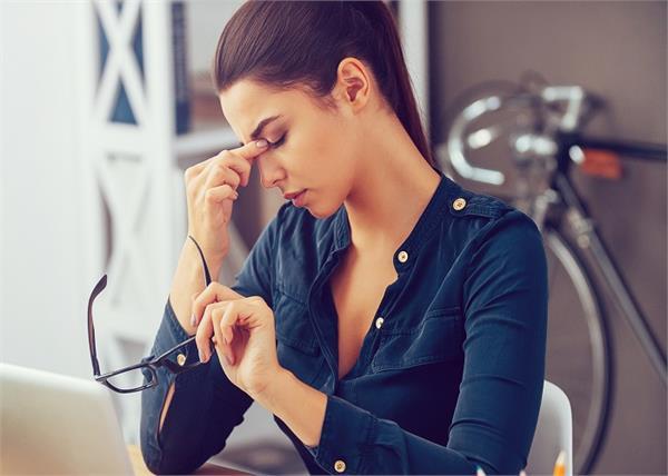 क्यों ऑफिस जाने वाली महिलाओं को होता है पुरुषों से ज्यादा Stress?