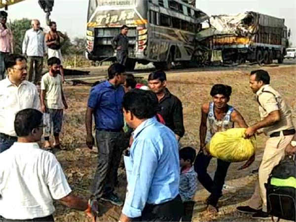 11 people dead in road accident in guna