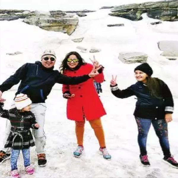 thousands of tourists in rohtang pass for vehicles
