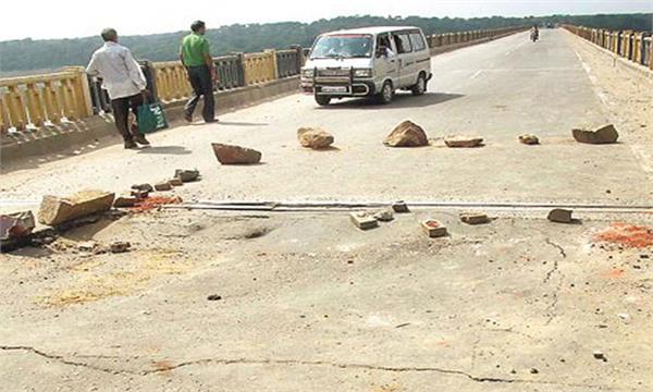 chambal bridge linking to up damaged traffic restricted