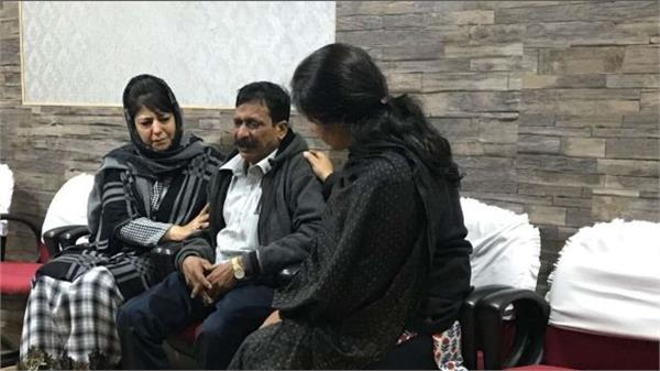 omar and mehbooba condemns the killing of tourist