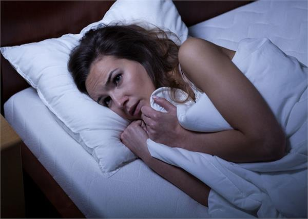 क्या आप भी अचानक नींद से उठकर हिल नहीं पाते? जानिए क्यों होता है ऐसा