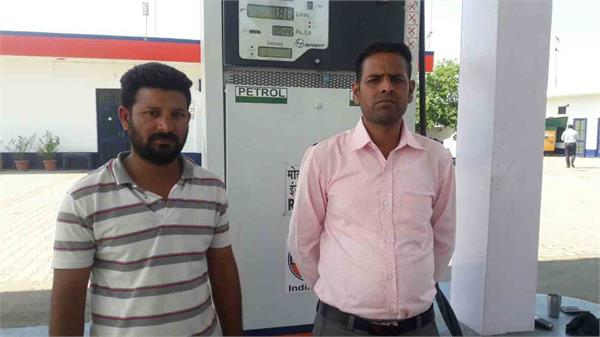 petrol pump employee looted at the tip of pistol rs 5690