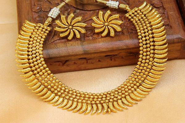 gold maintains uptrend on jewellers buying global cues